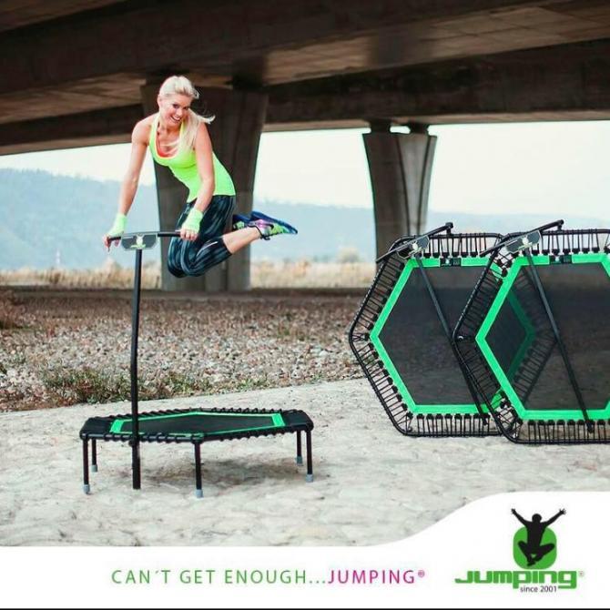 Fitness pige hopper på trampolin