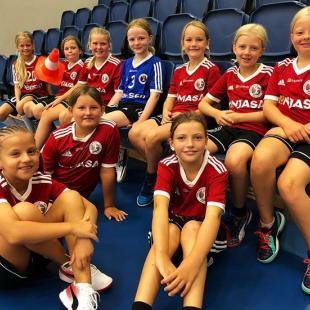 Et par af de seje piger der i denne uge er med p FHK Monjasa Hndboldskole 2018